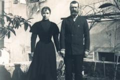 Haračić-i-supruga-.-Vidljivi-su-meteorološki-instrumenti-i-biljke-u-vrtute-pločice-s-latinskim-natpisima